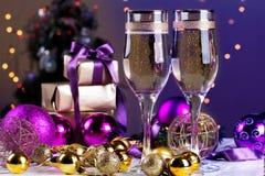 Dos vidrios del champán en fondo del bokeh de la Navidad Fotos de archivo libres de regalías