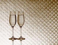 Dos vidrios del champán en fondo a cuadros borroso Fotos de archivo