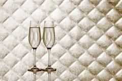 Dos vidrios del champán en fondo a cuadros borroso Imágenes de archivo libres de regalías