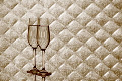 Dos vidrios del champán en fondo a cuadros borroso Fotografía de archivo libre de regalías