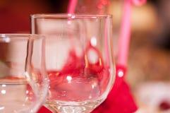 Dos vidrios del champán en la tabla borrosa de la boda del fondo Imágenes de archivo libres de regalías