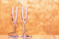 Dos vidrios del champán envueltos con la cinta como decoración Imágenes de archivo libres de regalías