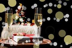 Dos vidrios del champán listos para traer en el fondo del Año Nuevo y de la fiesta de Navidad Fotos de archivo