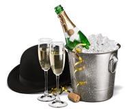 Dos vidrios del champán y de la botella en fondo Foto de archivo libre de regalías