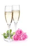 Dos vidrios del champán y flores de la rosa del rosa imagen de archivo