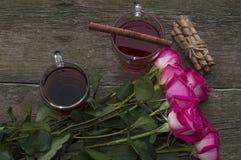 Dos vidrios del té y del ramo de una rosa, visión superior Fotografía de archivo libre de regalías