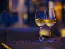 Dos vidrios del vino blanco en la noche Foto de archivo