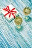Dos vidrios del vino blanco y de un regalo Foto de archivo libre de regalías