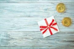 Dos vidrios del vino blanco y de un regalo Imagen de archivo libre de regalías