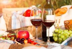 Dos vidrios del vino rojo, comida campestre Fotos de archivo libres de regalías