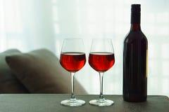Dos vidrios del vino rojo y de una botella Imagenes de archivo