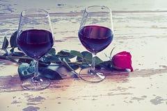 Dos vidrios del vino y de una rosa roja Fotos de archivo libres de regalías
