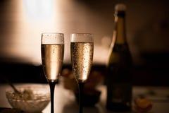 Dos vidrios elegantes del champán en una superficie oscura fotografía de archivo libre de regalías