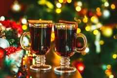 Dos vidrios hermosos de vino reflexionado sobre Imagenes de archivo