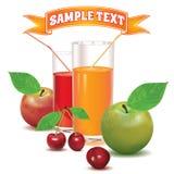 Dos vidrios para el jugo de cerezas y de manzanas Imagen de archivo