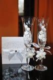 Dos vidrios que se casan con las flores blancas Imagen de archivo