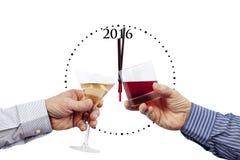 Dos vidrios que son aumentados delante de un reloj 2016 Imagen de archivo libre de regalías