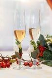 Dos vidrios vacíos del champán de la boda en una tabla Foto de archivo