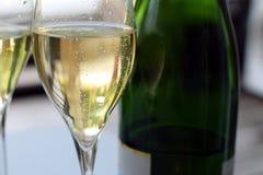 Dos vidrios y botellas del champán imagenes de archivo