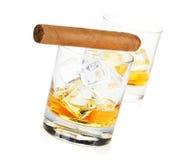 Dos vidrios y cigarros del whisky Imagen de archivo