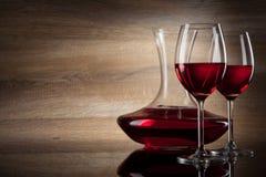 Dos vidrios y jarras de vino en un vector de madera Fotos de archivo