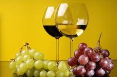 Dos vidrios y una botella de vino Imágenes de archivo libres de regalías