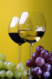Dos vidrios y una botella de vino Fotografía de archivo libre de regalías