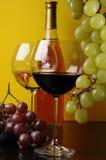 Dos vidrios y una botella de vino Foto de archivo libre de regalías