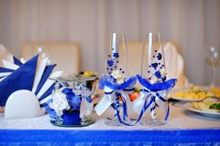 Dos vidrios y velas en la tabla celebradora servida Foto de archivo libre de regalías