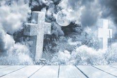 Dos viejas cruces de piedra anónimas con las nubes y la Luna Llena Foto de archivo