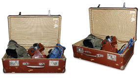 Dos vistas de la maleta del vintage con la cámara, las botas, los vaqueros viejos y los sunglass aislados en blanco, trayectoria  Fotografía de archivo libre de regalías