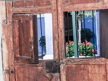 Dos Windows rodeado por las puertas de madera viejas en Perú Foto de archivo libre de regalías