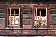 Dos Woden abierto tradicional Windows con las flores Imagen de archivo libre de regalías
