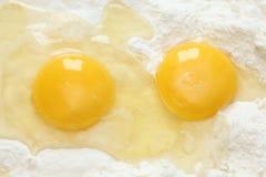 Dos yemas de huevo y harinas Imagenes de archivo
