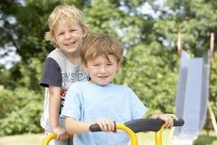 Dos Young Boys que juegan en la bici Imagenes de archivo