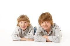 Dos Young Boys que mienten en el estómago Imagenes de archivo