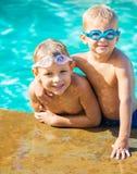 Dos Young Boys que se divierte en la piscina Fotografía de archivo
