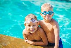 Dos Young Boys que se divierte en la piscina Imagen de archivo libre de regalías