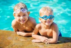 Dos Young Boys que se divierte en la piscina Fotografía de archivo libre de regalías