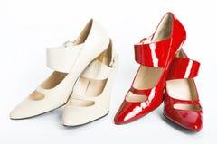 Dos zapatos de las nuevas señoras elegantes de los pares Imagenes de archivo