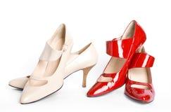 Dos zapatos de las nuevas señoras elegantes de los pares Foto de archivo libre de regalías