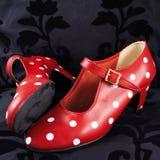 Dos zapatos rojos del baile del flamenco con los puntos blancos Imagen de archivo libre de regalías