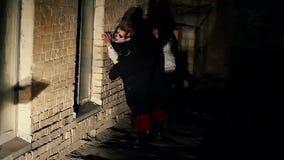 Dos zombis asustadizos que vagaban en la oscuridad, ocultando de luces, frecuentaron el edificio almacen de metraje de vídeo
