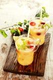 Dos zumos de fruta deliciosos en la tabla Fotografía de archivo