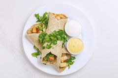 Dosa vegetariano di masala con le salse della patata, del chutney e del sambar immagine stock libera da diritti