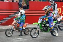 DOSAAF摩托车越野赛体育俱乐部在Pyatigorsk,俄罗斯 胜利天游行 免版税库存图片