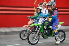 DOSAAF摩托车越野赛体育俱乐部在Pyatigorsk,俄罗斯 胜利天游行 免版税库存照片