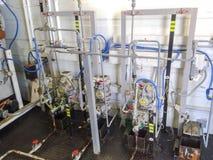 Dosage des pompes dans le bloc de réactif Des produits chimiques sont introduits dans le système pour delaminate mieux l'émulsion photo libre de droits