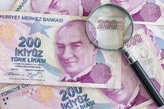 Doscientos billetes de banco de lira turca en la circulación imagenes de archivo