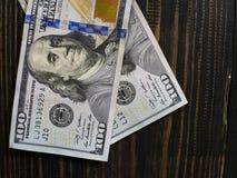 Doscientos d?lares de cuentas en un fondo de madera Nuevo cientos billetes de d?lar Cierre encima de billetes de banco americanos imagenes de archivo